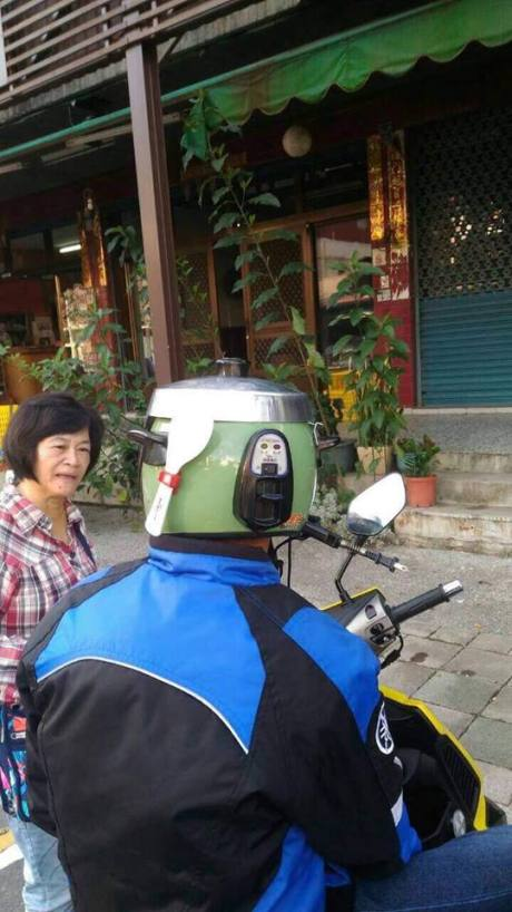Ngakak Liat Helm bergaya Rice Cooker Magic Jar lengkap dengan Sendok nasi pertamax7.com 1