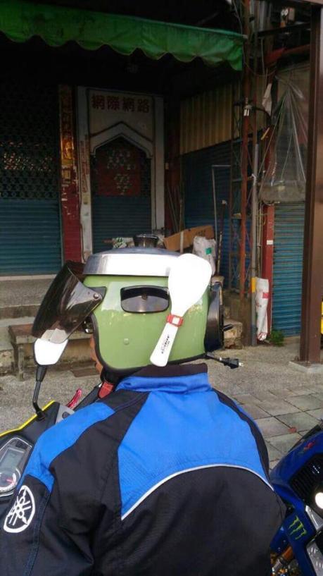 Ngakak Liat Helm bergaya Rice Cooker Magic Jar lengkap dengan Sendok nasi pertamax7.com
