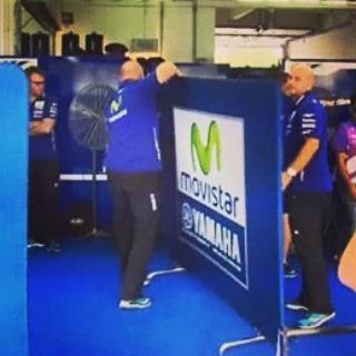 Panas Tim Movistar Yamaha pasang Dinding penyekat Lorenzo dan Rossi di Motogp Sepang Malaysia 2015
