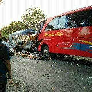 Rombongan Bus Wisata Karyawan PT. Gudang Garam Tabrak truk di Kediri 01 Pertamax7.com