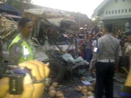 Rombongan Bus Wisata Karyawan PT. Gudang Garam Tabrak truk di Kediri 03 Pertamax7.com