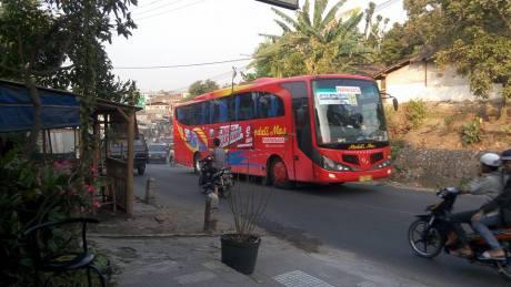 Rombongan Bus Wisata Karyawan PT. Gudang Garam Tabrak truk di Kediri 04 Pertamax7.com