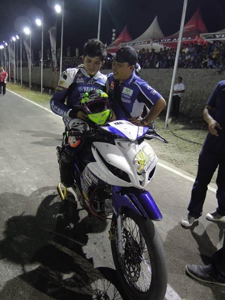Syahrul Amin (tim Yamaha Yamalube NHK IRC Nissin NGK Bahtera) dengan Jupiter Z1 injeksi memenangi kelas MP1 seri Grand Final Motoprix 2015 tampak bersama Supriyanto Manager Motor Sport PT YIMM