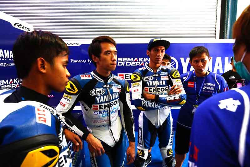 Trio-Yamaha-Factory-Racing-Indonesia-team-Galang-Hendra-Imanuel-Pratna-Sigit-PD-di-Losail-International-Circuit-Qatar-seri-5-ARRC-2015--(1)
