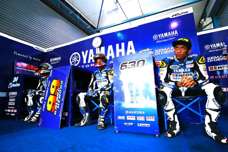 Trio-Yamaha-Factory-Racing-Indonesia-team-Galang-Hendra-Imanuel-Pratna-Sigit-PD-di-Losail-International-Circuit-Qatar-seri-5-ARRC-2015--(2)