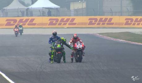 Video Jahil Pol Espargaro Usik Sayap Ducati GP.15 Iannone bikin ngakak dibawah kabut asap tipis
