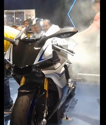 yamaha R1M berasap setelah di geber di pameran otomotif pertamax7.com