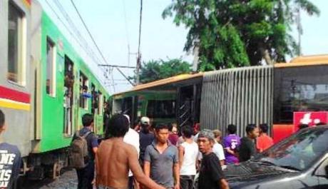Abaikan Rambu dan Pegang Ponsel, Bus TransJakarta tabrak KRL di Kedoya 01 Pertamax7.com