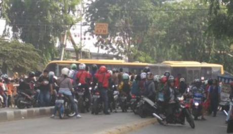 Abaikan Rambu dan Pegang Ponsel, Bus TransJakarta tabrak KRL di Kedoya 02 Pertamax7.com