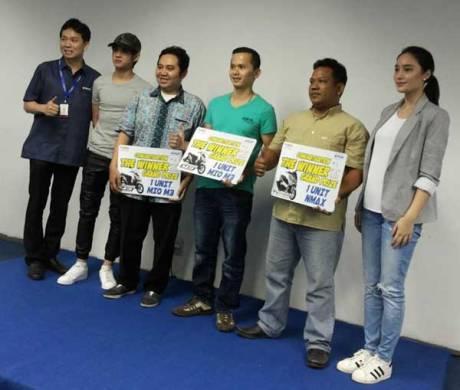 Aliando-dan-Tatjana-bersama-pemenang-unit-motor-Mio-M3-dan-NMAX-grand-prize-Jakarta-Fair-2015