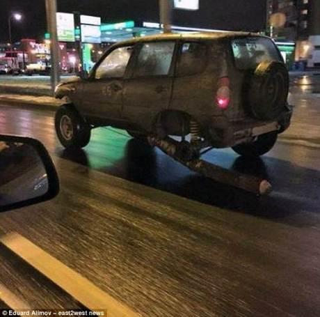 Darurat, Pria Rusia Ganti Roda Mobil dengan Batang pohon melaju sejauh 121 KM 00 pertamax7.com