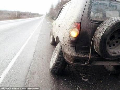 Darurat, Pria Rusia Ganti Roda Mobil dengan Batang pohon melaju sejauh 121 KM 01 pertamax7.com