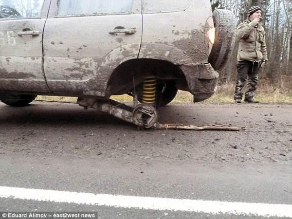 Darurat, Pria Rusia Ganti Roda Mobil dengan Batang pohon melaju sejauh 121 KM 03 pertamax7.com