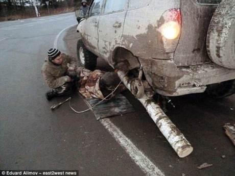Darurat, Pria Rusia Ganti Roda Mobil dengan Batang pohon melaju sejauh 121 KM 04 pertamax7.com