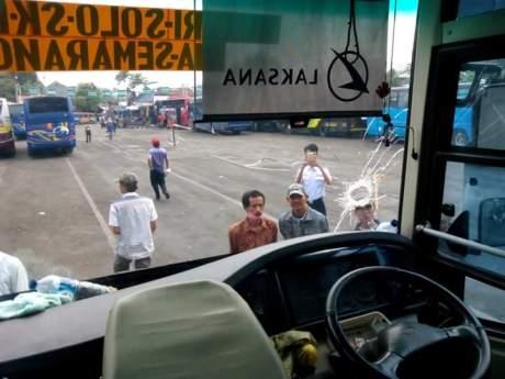 Karena Lemparan batu, Sopir Bus Meninggal Dunia kaca sampai bolong pertamax7.com 1