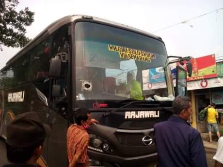 Karena Lemparan batu, Sopir Bus Meninggal Dunia kaca sampai bolong pertamax7.com