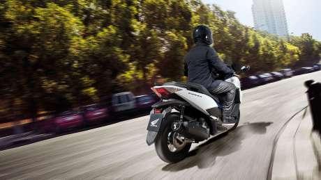Kenalan Sama New Honda Forza 125, Skutik Jos Pabrikan Sayap pakai ABS harga Rp.84 Juta 03 Pertamax7.com