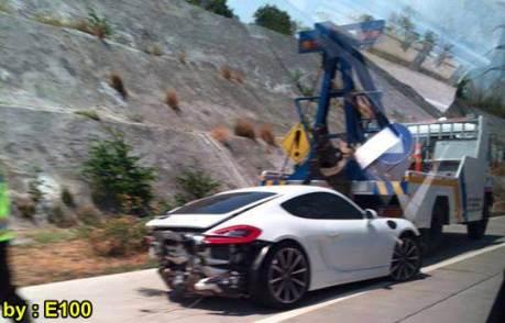 Mobil Mewah Porsche Cayman Ringsek Kecelakaan di Tol Pandaan Surabaya 00 pertamax7.com