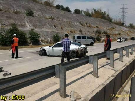 Mobil Mewah Porsche Cayman Ringsek Kecelakaan di Tol Pandaan Surabaya 01 pertamax7.com