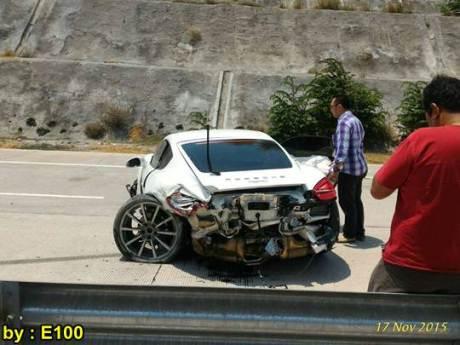 Mobil Mewah Porsche Cayman Ringsek Kecelakaan di Tol Pandaan Surabaya 02 pertamax7.com