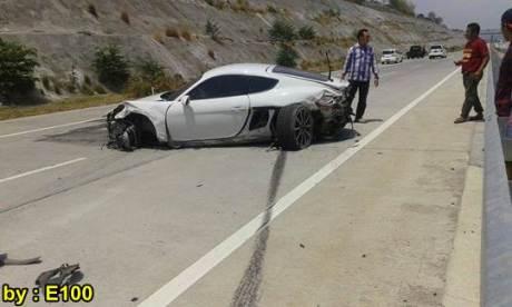 Mobil Mewah Porsche Cayman Ringsek Kecelakaan di Tol Pandaan Surabaya 03 pertamax7.com