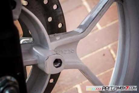 Modifikasi Yamaha R15 pake velg Lebar V-Rossi Ala Yamaha R25 double diskbrake depan ini memang jos 03 Pertamax7.com