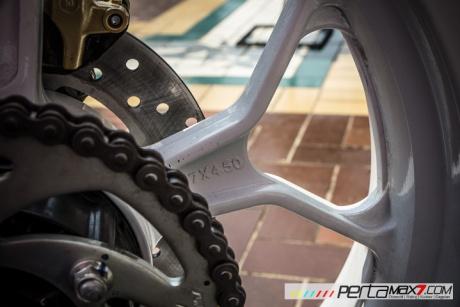 Modifikasi Yamaha R15 pake velg Lebar V-Rossi Ala Yamaha R25 double diskbrake depan ini memang jos 04 Pertamax7.com