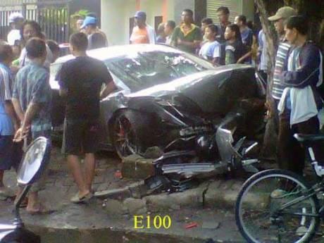 Ngeri,-Lamborghini-Tabrak-Orang-dan-Pohon-di-Surabaya,-1-meninggal-pertamax7.com