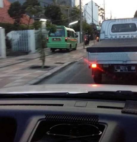 Ngeri,-Motor-dan-Angkok-Naik-Trotoar-di-Surabaya-pertamax7.com-