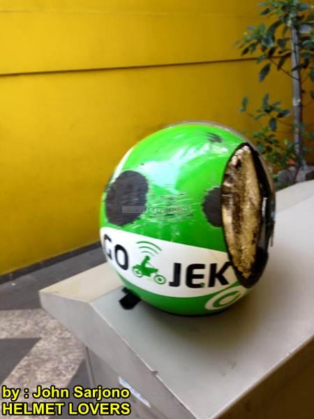 Ngilu lihat Helm Gojek di Seret Sedan habis Rata, Bayangin jika kepala ga pake 03 pertamax7.com