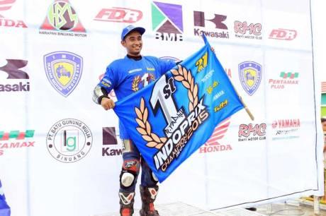 R.Fadhil-juara-nasional-kelas-150cc-Kejurnas-Balap-Motor-2015-(Indonesia-Road-Racing-Championship-2015)-di-sirkuit-Balipat-Binuang-Banjarmasin pertamax7.com