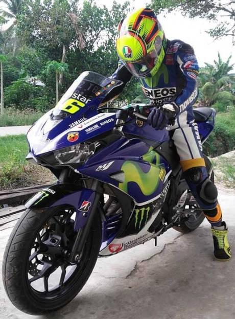 Totalitas RossiFumi, Pakai Yamaha R25 komplit dengan Warpack Dan Helm AGV Rossi 01 Pertamax7.com