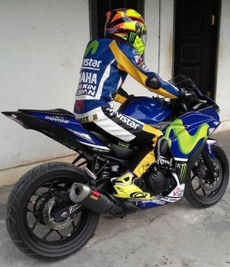 Totalitas RossiFumi, Pakai Yamaha R25 komplit dengan Warpack Dan Helm AGV Rossi 02 Pertamax7.com