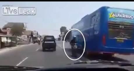 Video Aksi Bus Ngeblong Sampai Makan Motor di jalur lawan arah pertamax7.com
