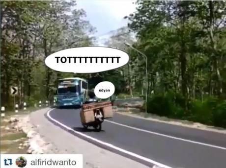 Aksi Ngeri Bus Salip Tronton Di Tikungan Langgar Marka, Motor Dari Lawan Arah Pasti Jantungan pertamax7.com