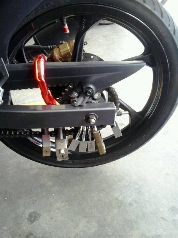 Biyuh Motor ini Pakai 17 Gembok biar aman, apa nggak malah