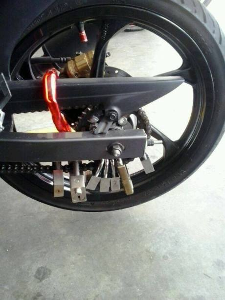 Biar aman motor ini sampai pakai 17 gembok 02 Pertamax7.com
