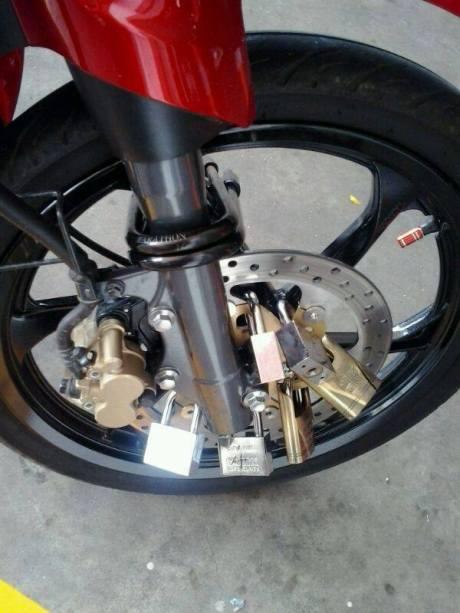 Biar aman motor ini sampai pakai 17 gembok 03 Pertamax7.com