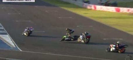 Detik detik yudhistira terjatuh di race 2 final asia road racing championship 2015 kelas supersport 600 cc 01 Pertamax7.com