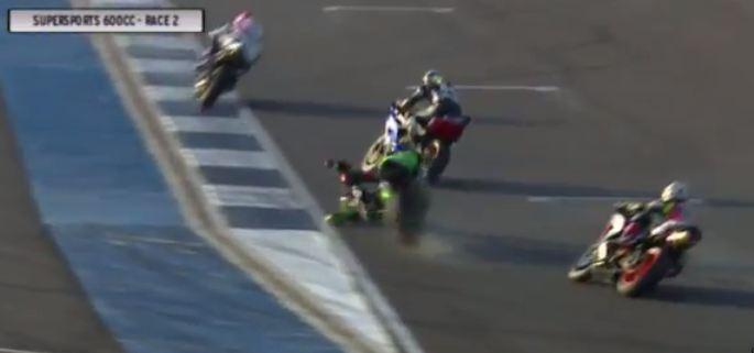 Detik detik yudhistira terjatuh di race 2 final asia road racing championship 2015 kelas supersport 600 cc 02 Pertamax7.com