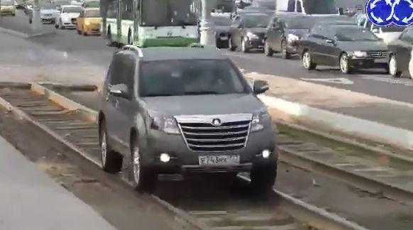 Hindari Macet, Mobil di Rusia Naik rel Kereta atau Trem pertamax7.com