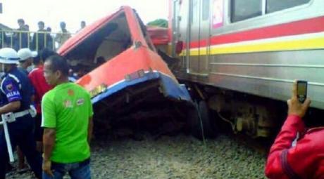 Kecelakaan Metro Mini vs KRL di Muara Angke akibat terobos perlintasan kereta api, 18 meninggal pertamax7.com 1