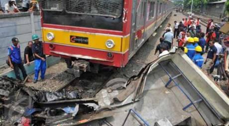 Kecelakaan-Metro-Mini-vs-KRL-di-Muara-Angke-akibat-terobos-perlintasan-kereta-api,-18-meninggal-pertamax7