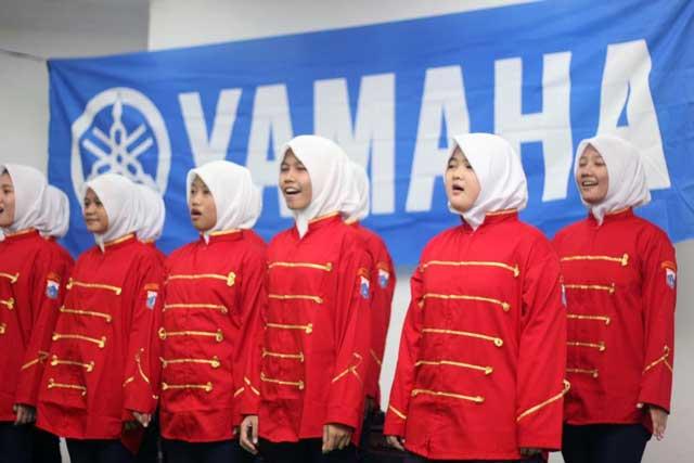 Liputan Anak-anak-Panti-Asuhan-Putra-Utama-3-Tebet-Jakarta-mempersembahkan-nyanyian-lagu-dalam-acara-simbolis-penyerahan-donasi-dari-Yamaha Pertamax7.com