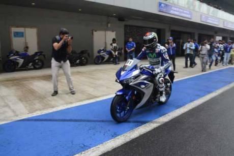 Lorenzo Kenalkan Yamaha R3 di India, Sirkuit Internasional Buddh Ramai 02 Pertamax7.com