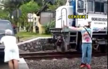 Mobil Carry Mogok Hampir Di tabrak Kereta Api, eh malah Foto Cekrek pertamax7.com