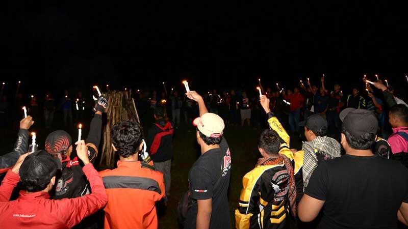 """Prosesi penyalaan """"lilin perdamaian"""" diikuti oleh seluruh peserta dilanjutkan dengan doa bersama bagi para sahabat PSJJ yang telah meninggal dunia"""