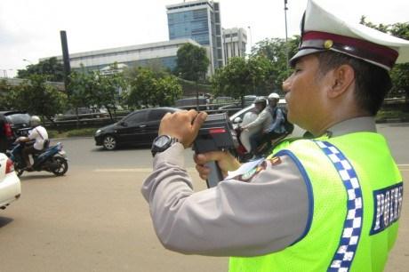 polisi gunakan radar speed gun pantai kecepatan kendaraan di jalan raya pertamax7.com