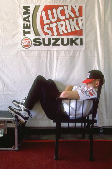 Scott Russell Lucky Strike Suzuki santai di grand prix indonesia 1996 pertamax7.com