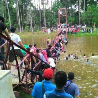 Sudah Di Beri Peringatan Jembatan Gantung Maksimal 40 Orang Kok Masih Ngeyel, Putus dah 01 Pertamax7.com